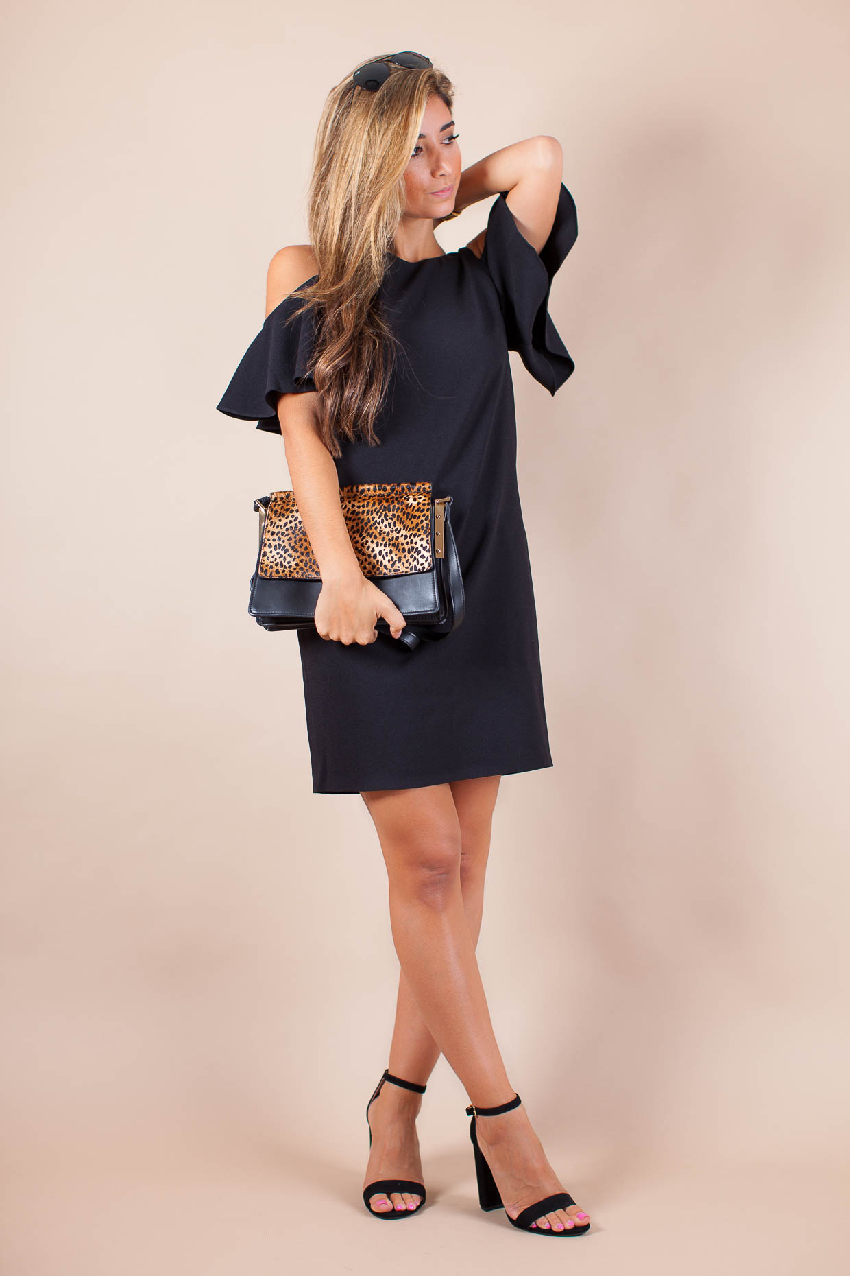 Fashion Blogger The Darling Detail is wearing a Chelsea28 'Peek-A-Boo' Cold Shoulder Shift Dress, Steve Madden 'Carrson' Sandals, Ray-Ban 'Original Aviator' Sunglasses, and holding a Vince Camuto 'Abril' Leather Shoulder Bag.