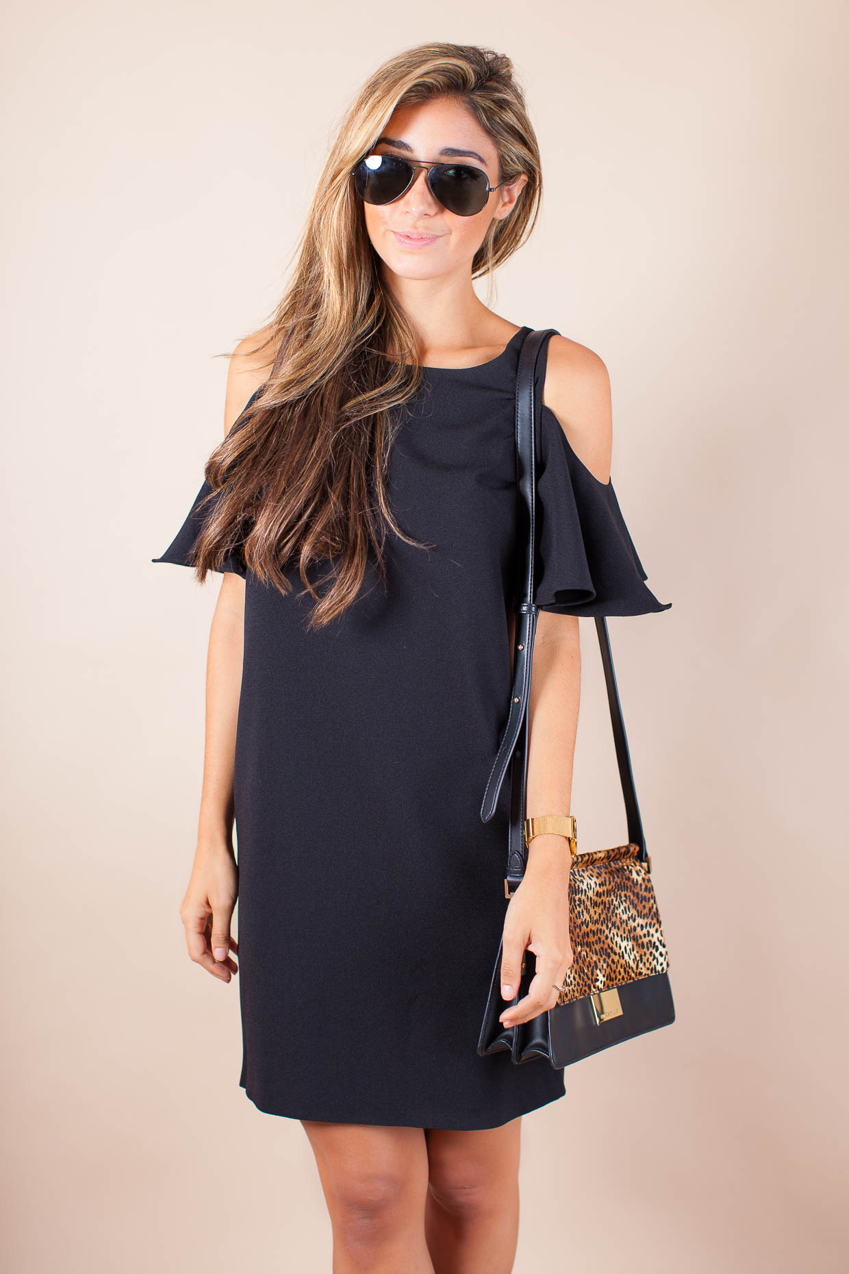 The Darling Detail is wearing a Chelsea28 'Peek-A-Boo' Cold Shoulder Shift Dress, Ray-Ban 'Original Aviator' Sunglasses, a LARSSON & JENNINGS 'Lugano' Mesh Strap Watch, and holding a Vince Camuto 'Abril' Leather Shoulder Bag.