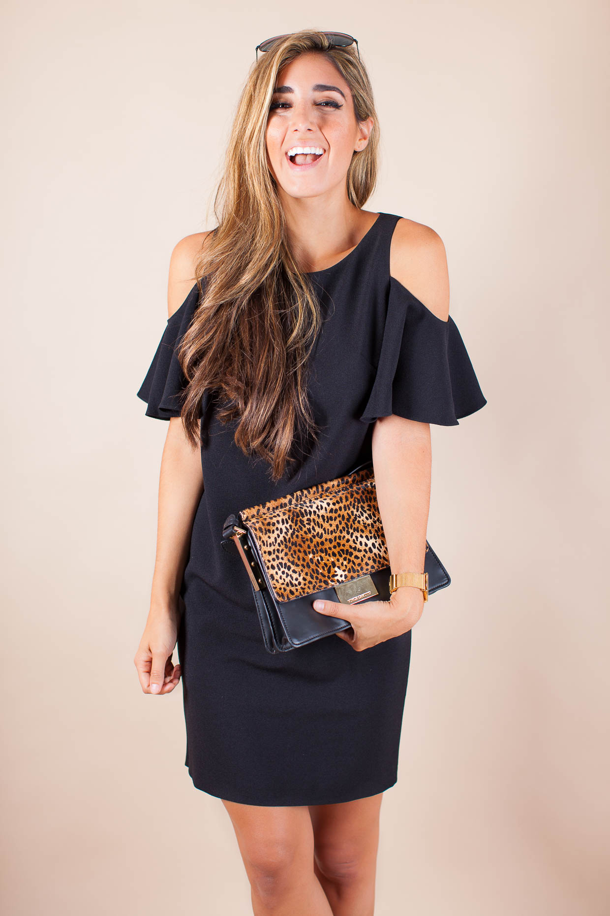 The Darling Detail is wearing a Chelsea28 'Peek-A-Boo' Cold Shoulder Shift Dress, Ray-Ban 'Original Aviator' Sunglasses, a LARSSON & JENNINGS 'Lugano' Mesh Strap Watch, and is holding a Vince Camuto 'Abril' Leather Shoulder Bag.
